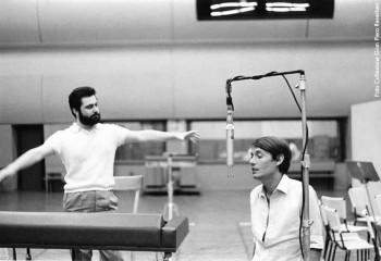Fabrizio con Gian Piero Reverberi in sala di registrazione durante la lavorazione diTutti morimmo a stento, Roma 1968