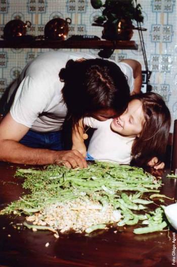 Fabrizio con la figlia Luvi nella cucina de L'Agnata, 1980