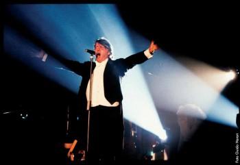Fabrizio in concerto mentre cantaOttocento, tour Le nuvole, 1991